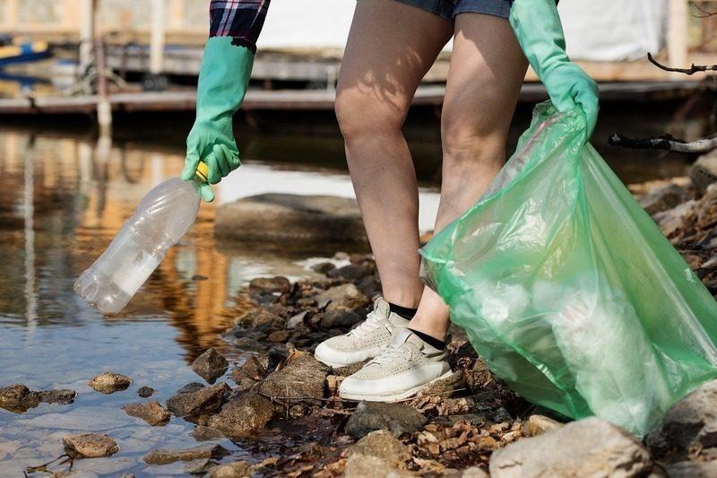 Limpiar para concienciar: una joven recorre la costa gallega retirando basura