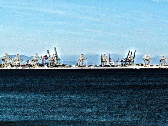 Valencia: Despliegan una barrera para impedir que los residuos urbanos lleguen a aguas del puerto