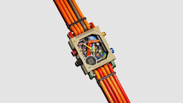 Crean un reloj de pulsera a partir de basura tecnológica
