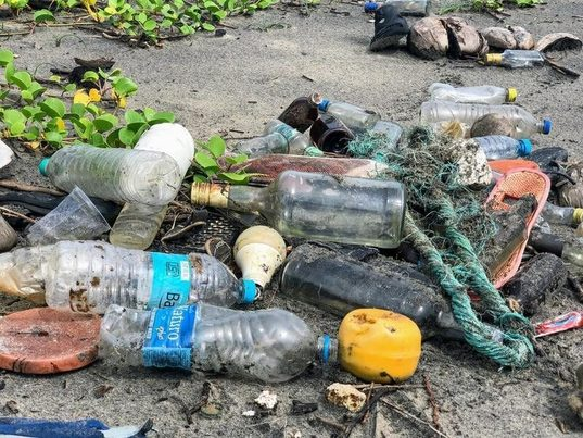 Ponen el mercado una línea de gafas fabricadas con plástico reciclado del fondo marino