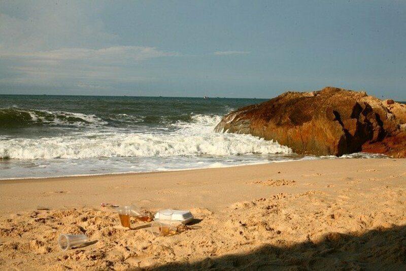 Los envoltorios de plástico superan ya a las colillas como residuos más abundantes en las playas en 2019
