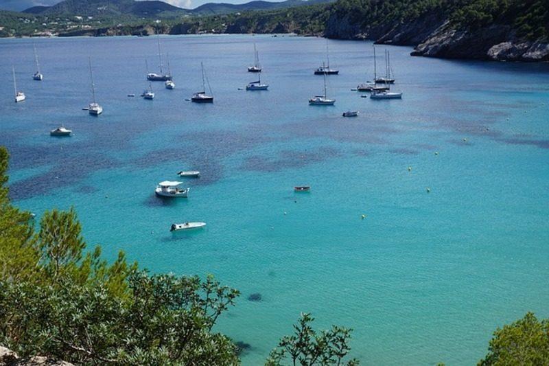 Baleares: Una flotilla de embarcaciones organiza una limpieza de la bahía de San Antonio (Ibiza)