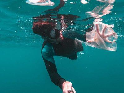 14 millones de toneladas de microplásticos ese acumulan en los océanos, según la primera estimación mundial