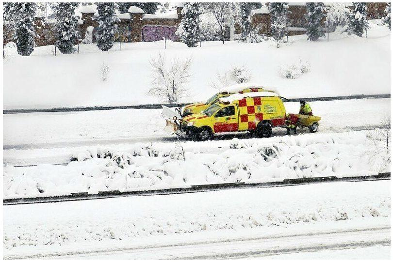Madrid: La nevada inutiliza la recogida puerta a puerta, que tardará varios días en reanudarse