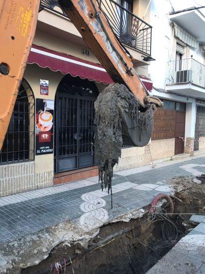 Sevilla: Un aparatoso atasco provocado por toallitas obliga a levantar una calle en Écija
