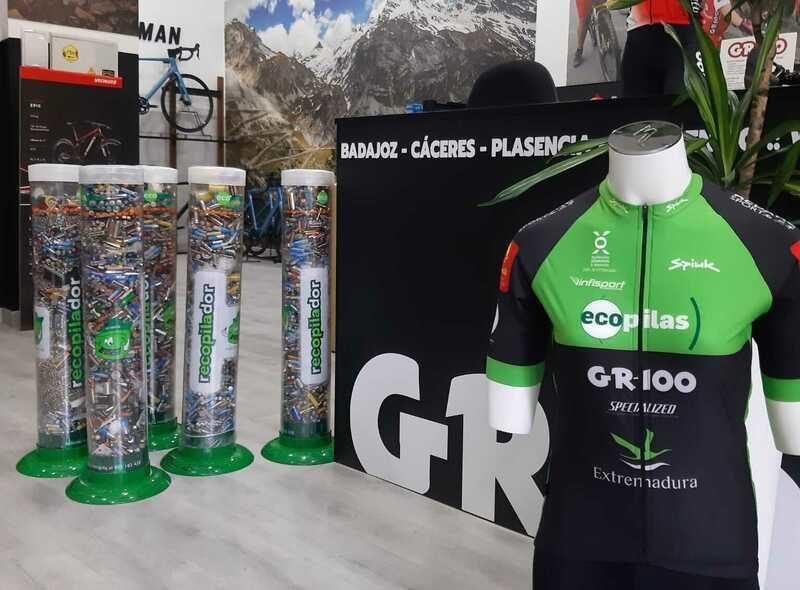 El equipo de mountainbike Extremadura-Ecopilas promueve el reciclaje de cuatro toneladas de pilas