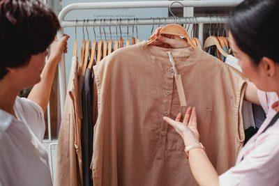 ¿Se produce demasiada ropa? Algunos países toman medidas hacia la sostenibilidad