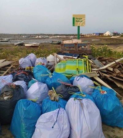 Andalucía: Voluntarios retiran grandes cantidades de basura del Parque Natural Bahía de Cádiz