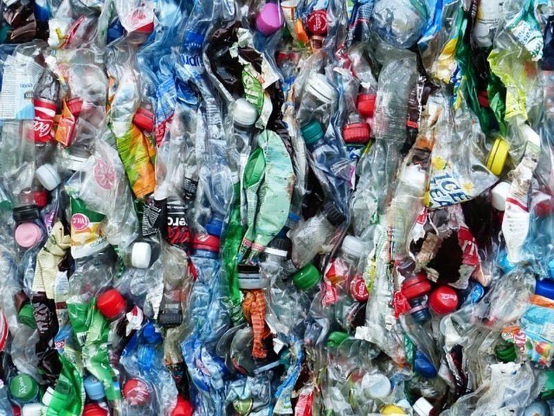 Materiales reciclables y sensibilización para reducir el impacto ambiental de los plásticos