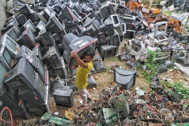 La OMS advierte del riesgo  que supone el aumento de la chatarra electrónica para la salud infantil