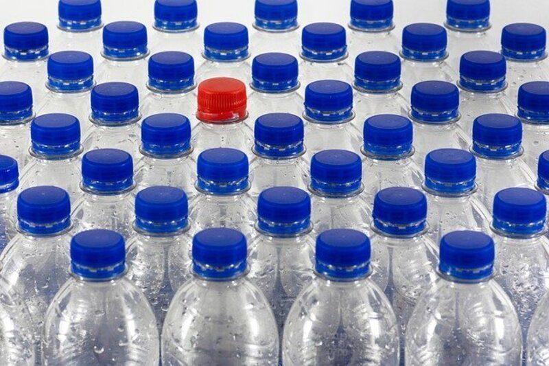 Alertan de un encarecimiento de costes ante la escasez de plástico reciclado para botellas