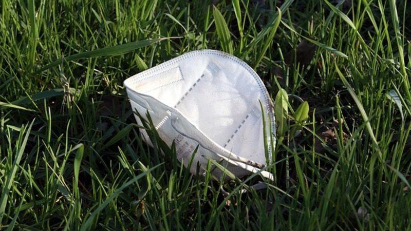 """Más del 35% de los españoles cree que abandonar """"basura COVID"""" no afecta a la naturaleza"""