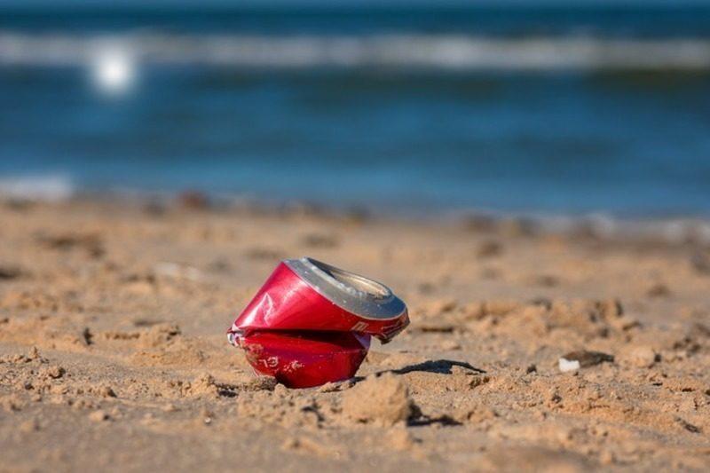 El reciclaje de latas de bebidas en la playa, asignatura pendiente de los españoles