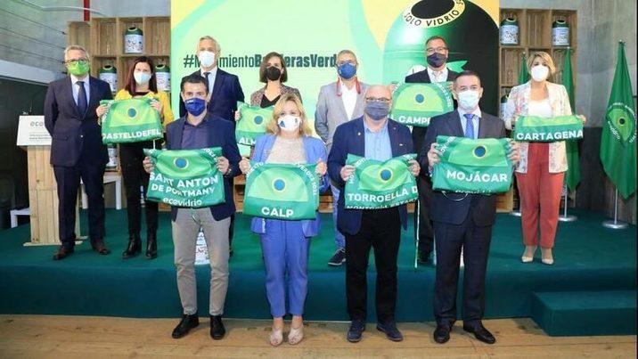Ocho municipios costeros reciben la bandera verde de Ecovidrio por su esfuerzo reciclador durante este verano